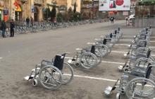 """Creativo """"ambient marketing"""" estacionó 70 sillas de ruedas en la calle"""