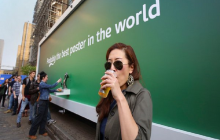 Billboards refrescando gratuitamente la primavera del shopper con helado y cerveza